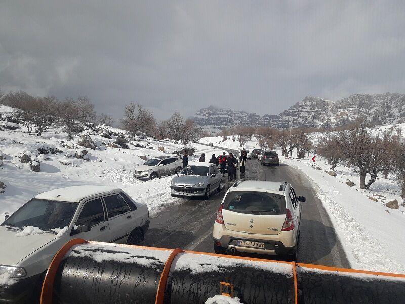 خبرنگاران امدادرسانی به سرنشینان 22 خودروی گرفتار در برف اندیکا